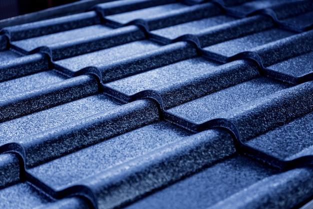 Fundo de telhas de telhado metálico azul com gotas de água.