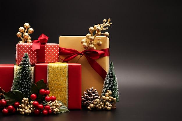 Fundo de temporada de natal e feliz ano novo caixa de presente em fundo preto
