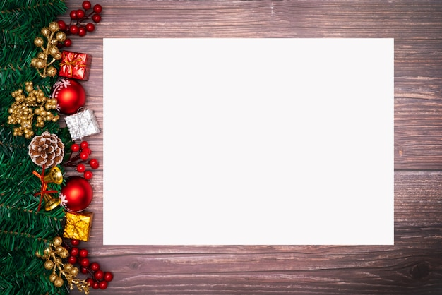 Fundo de temporada de natal e feliz ano novo com papel branco