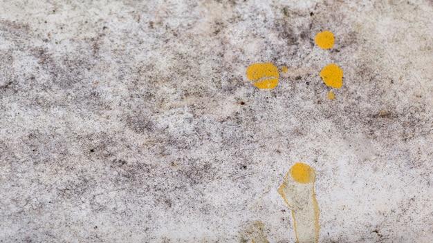 Fundo de textura áspera ao ar livre com tinta amarela