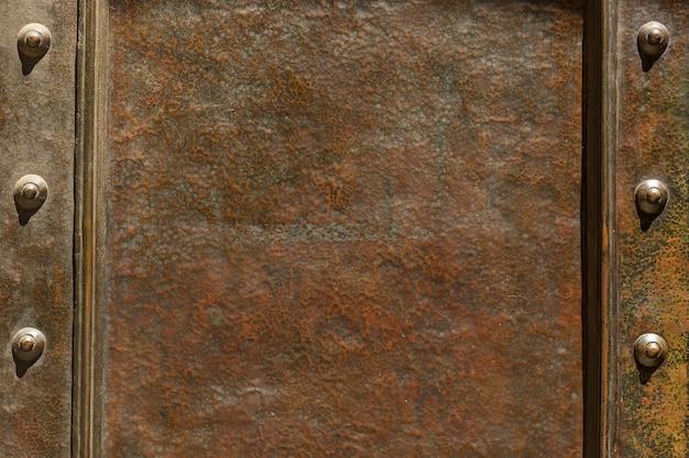 Fundo de textura corroída enferrujada de porta de metal, textura de metal de portão antigo