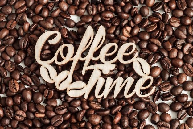 Fundo de textura de grãos de café para design com a hora do café de inscrição