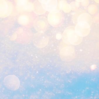 Fundo de textura de neve ensolarada de inverno com luzes de bokeh de reflexo de lente quente