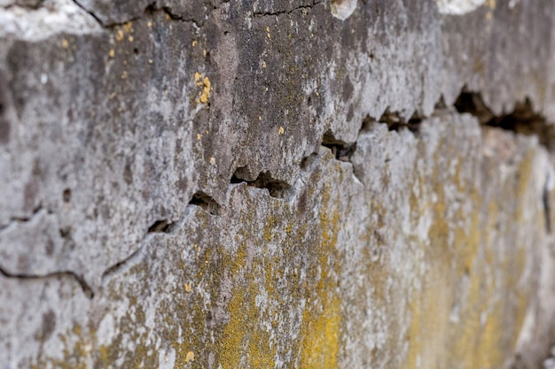 Fundo de textura de parede branca rachada, parede muito velha com uma rachadura nela.