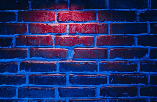 Fundo de textura de parede de tijolo em luzes de néon vermelhas e azuis