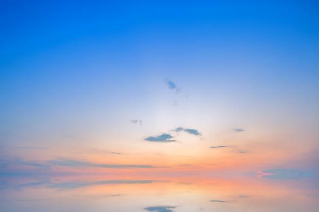 Fundo de textura do céu azul dramático do sol