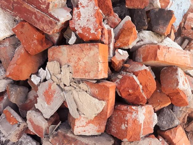 Fundo de tijolo vermelho. blocos velhos e gastos e quebrados espalhados.