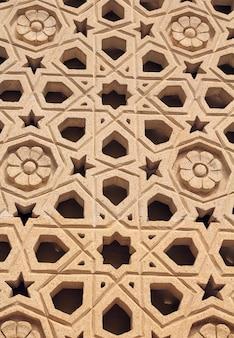 Fundo de tijolos de alvenaria. janela decorativa em baku