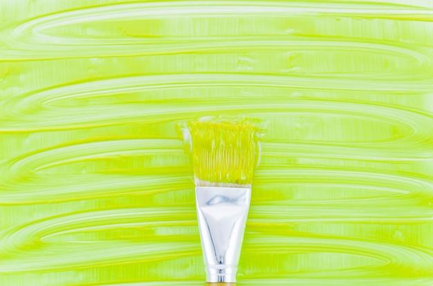 Fundo de tinta verde com pincel
