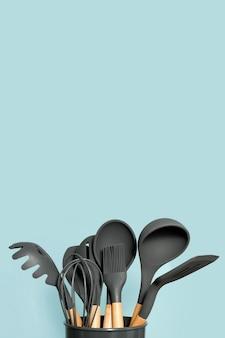 Fundo de utensílios de cozinha com copyspace, conceito de decoração de cozinha em casa, utensílios de cozinha, acessórios de borracha no recipiente.