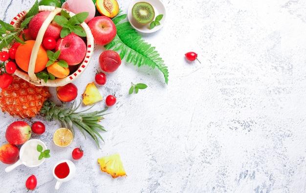 Fundo de vegetais e frutas frescas. em uma mesa branca.