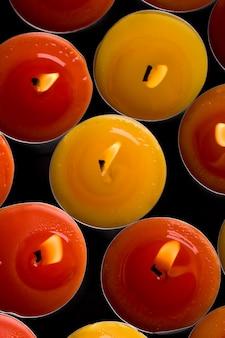 Fundo de velas vermelhas e amarelas em chamas