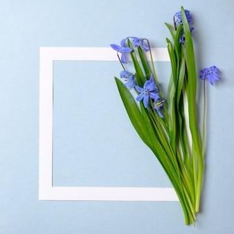Fundo de venda primavera com bela flor e armação de borda.