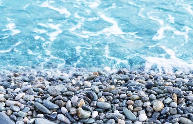 Fundo de verão com seixos e vista para o mar