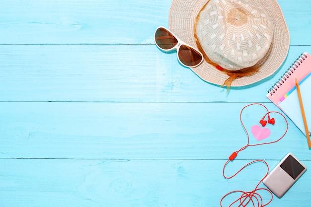 Fundo de verão, conjunto de objetos de acessórios de verão na madeira azul