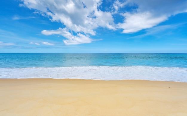 Fundo de verão da bela praia de areia onda batendo na costa arenosa paisagem natureza vista romântica oceano baía com água azul e céu azul claro sobre o mar na ilha de phuket, tailândia.