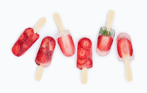 Fundo de verão de sorvete de morango na superfície cinza