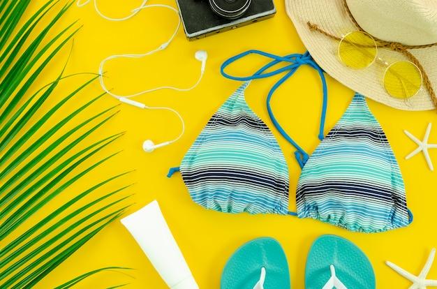 Fundo de verão.palm, creme protetor solar, estrela do mar, câmera e óculos de sol