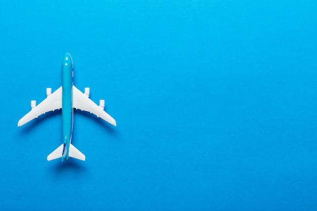 Fundo de viagens de avião em miniatura