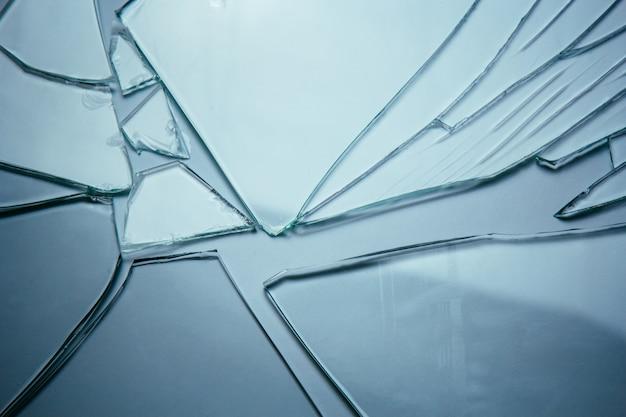 Fundo de vidro quebrado para suas imagens isoladas em branco. muitos grandes fragmentos de ruínas.