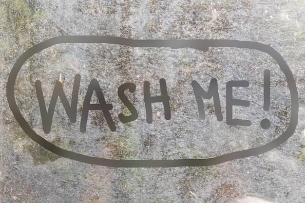Fundo de vidro sujo com wash me carta manuscrita em estilo doodle