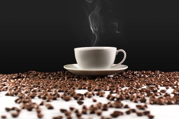 Fundo de xícara de café e grãos de café com traçado de recorte