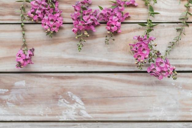Fundo decorativo com tábuas e flores bonitos
