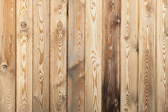 Fundo decorativo de madeira com lugar para texto. placas de lariço marrom claro com nós e buracos, textura abstrata. modelo vazio. conceito de materiais naturais para decoração de casa. horizontal.