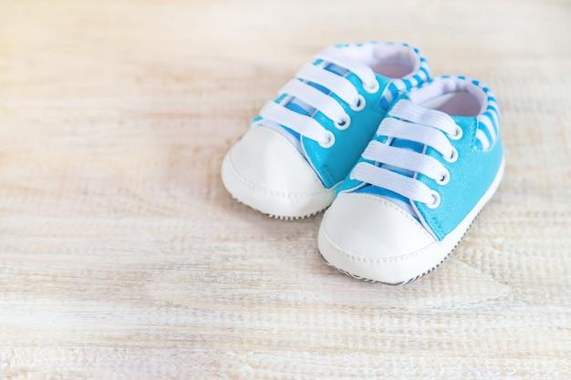 Fundo delicado bonito, bebê recém-nascido dos acessórios. foco seletivo.