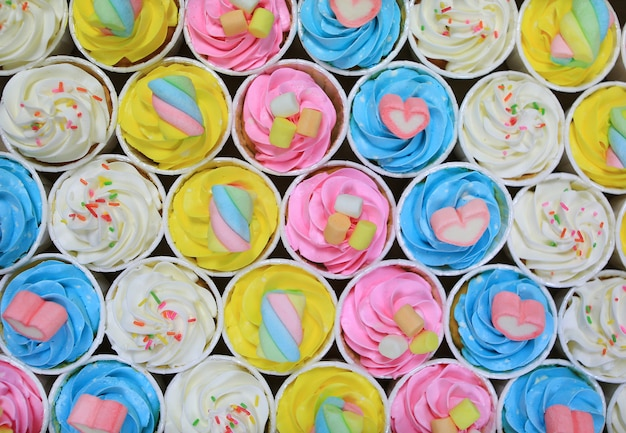Fundo delicioso lindo cupcakes. vista do topo.