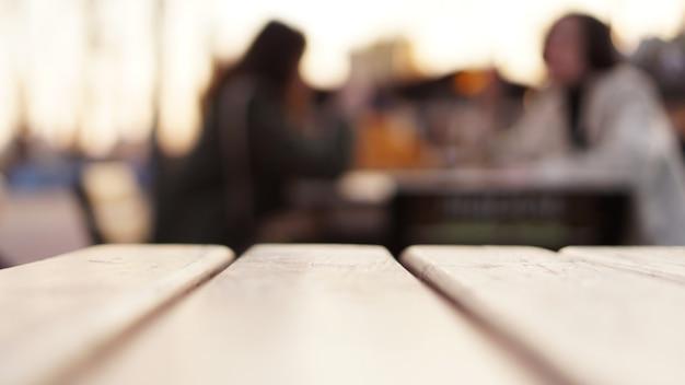 Fundo desfocado abstrato com mesa de praça de alimentação de rua
