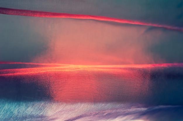 Fundo desfocado abstrato com tecido fino e arejado muito colorido com tons de vermelho e azul