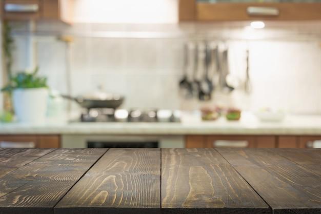 Fundo desfocado abstrato. cozinha moderna com mesa e espaço para exibir seus produtos.