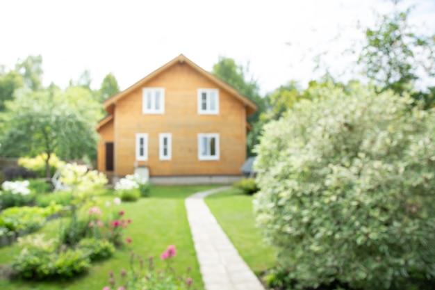 Fundo desfocado abstrato de casa de madeira em aldeia para uso na venda de materiais de construção.