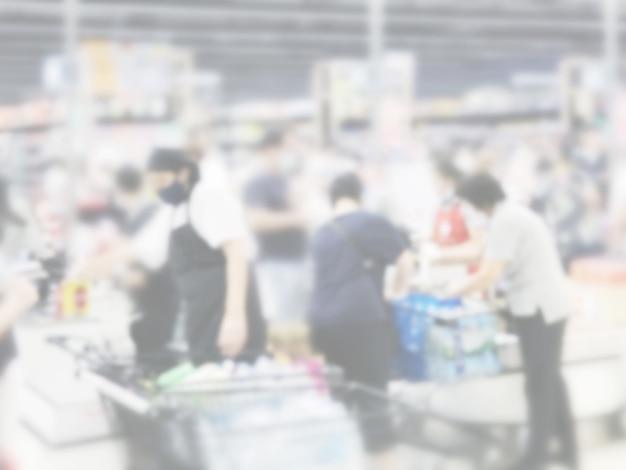 Fundo desfocado abstrato de pessoas que compram comida no supermercado