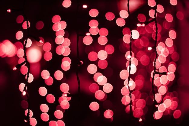 Fundo desfocado com luzes de bokeh rosa abstrato garland em primeiro plano