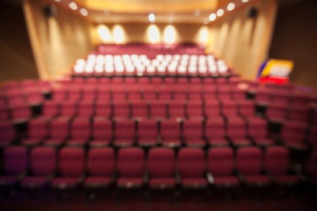 Fundo desfocado de assento vermelho no teatro sem pessoas