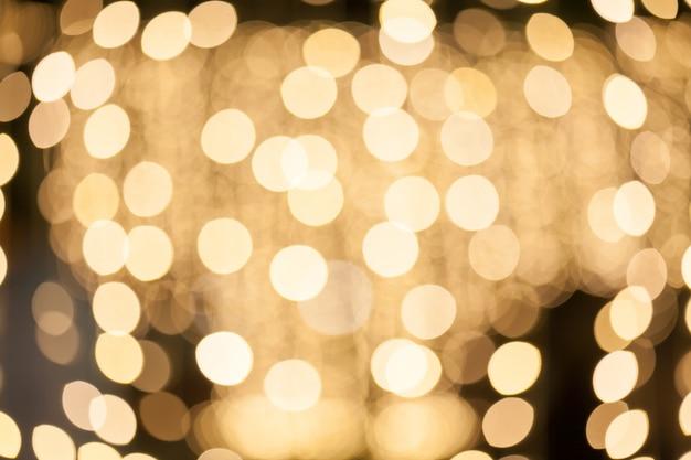 Fundo desfocado de muitas pequenas decorações de lâmpadas na festa da noite.