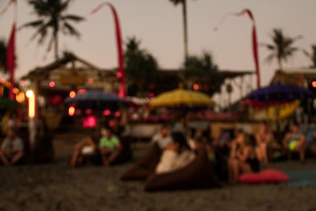 Fundo desfocado de muitas pessoas se divertiram em uma festa na praia. conceito festivo.