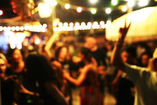 Fundo desfocado de muitas pessoas se divertiram em uma festa na praia
