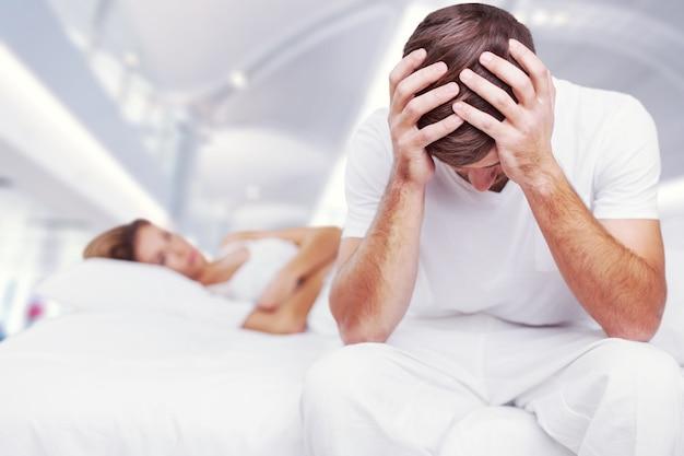 Fundo desfocado de recém-casados tem problemas para brigar na cama.