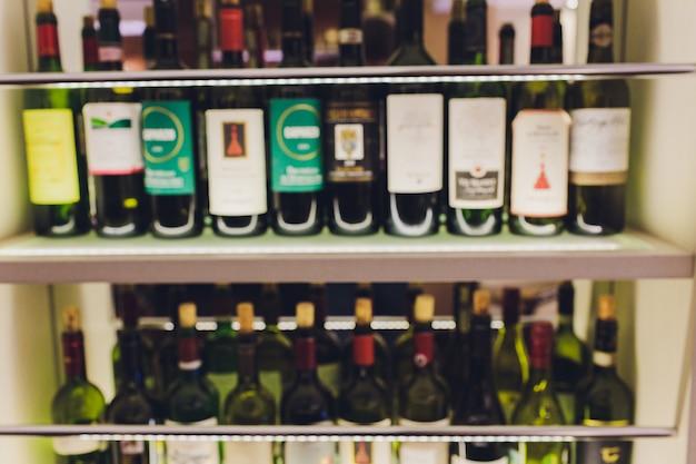 Fundo desfocado desfocado da prateleira de vinho. garrafas estavam sobre palha. adega. desfocado desfocado