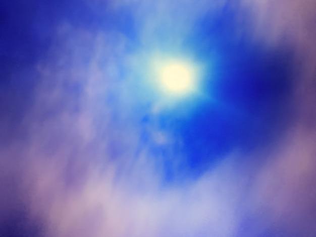 Fundo desfocado do céu azul marinho brilhante e roxo com raios de sol ao pôr do sol e nuvem. pano de fundo gradiente abstrato com desfoque e bokeh.