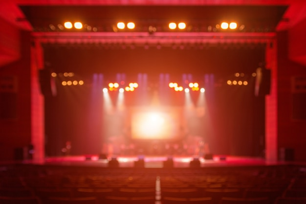 Fundo desfocado do concerto silhueta na frente do palco