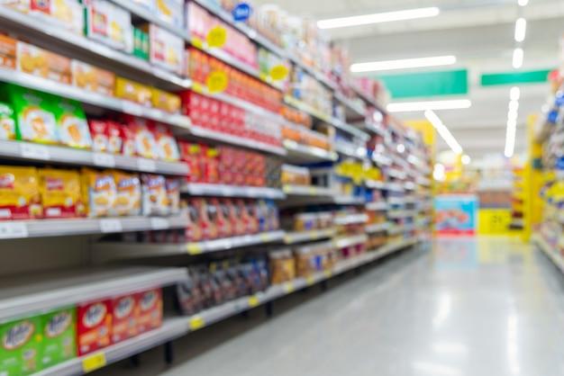 Fundo desfocado do corredor de supermercado com produtos.