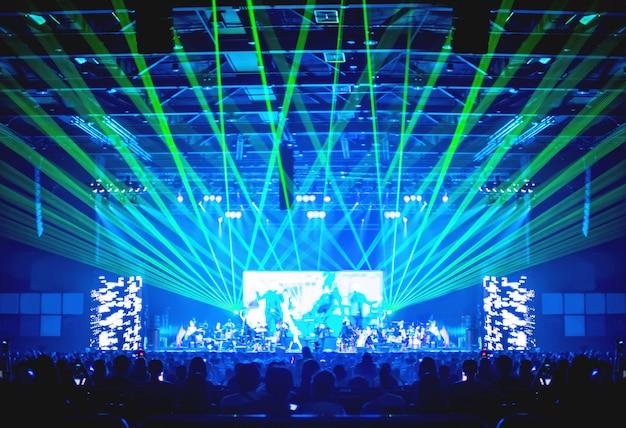 Fundo desfocado: iluminação de bokeh em concerto com o público