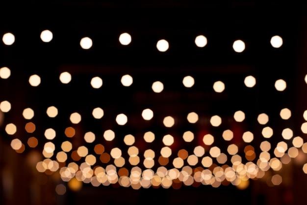 Fundo desfocado, lâmpadas de rua desfocadas e reflexo em uma imagem de foto natural de água