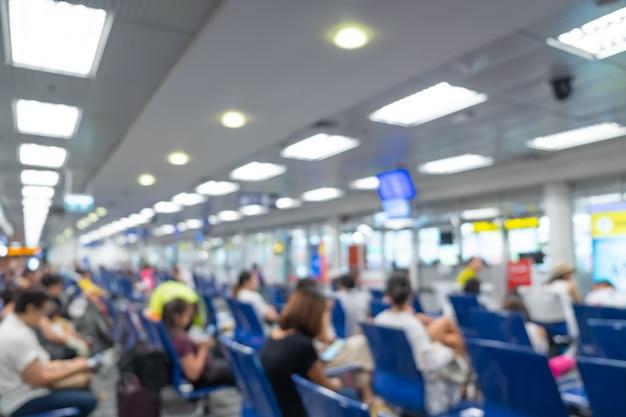 Fundo desfocado, passageiro viajante esperando em uma sala de aeroporto