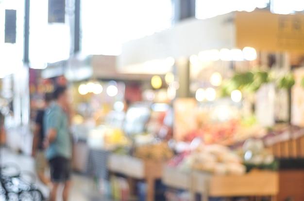Fundo desfocado, supermercado de borrão, mercearia com as pessoas, o conceito de plano de negócios
