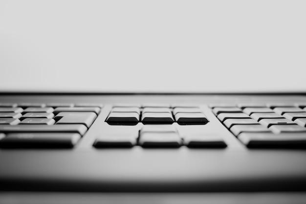 Fundo do bokeh das teclas horizontais preto e branco do teclado hd
